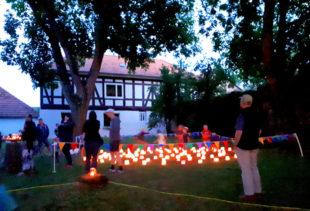 Nach Einbruch der Dunkelheit verbreiteten hunderte Lichter die Atmosphäre eines herrlichen Sommerabends im Park. Foto: nh