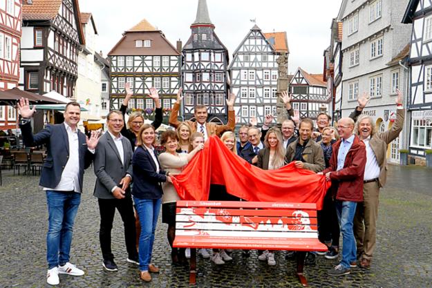 Vertreter der Städtekooperation, Bürgermeister, beteiligte Agenturen und das Regionalmanagement Nordhessen hatten viel Spaß bei der Enthüllung der Schnuddelbänke. Foto: nh