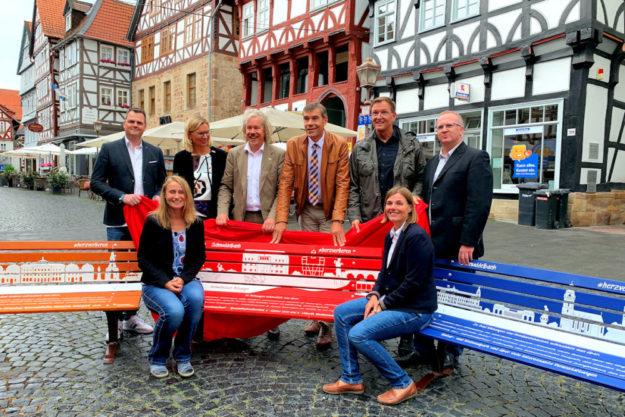 Worüber man in der jeweiligen Stadt so schnudelt, kann man als Anregung auf der Sitzfläche lesen. Zur Präsentation trafen sich (v.li.) Sascha Gundlach (neue formen), Romy Grimm (Tourismusregion Melsunger Land), Ulrike Remmers und Markus Exner (beide GrimmHeimat NordHessen), Hartmut Spogat (Bürgermeister Stadt Fritzlar), Lars Bossemeyer (Y-Site), Susanne Ebel (Stadtmarketing Fritzlar) und Ralf Gutheil (Bürgermeister Stadt Bad Wildungen). Foto: nh
