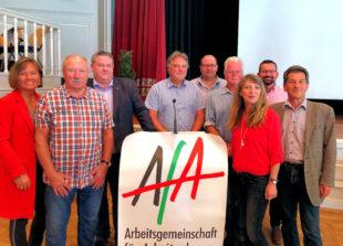 Der neugewählte AfA-Bezirksvorstand Hessen-Nord sowie die Bundestagsabgeordnete Esther Dilcher (li.) und der AfA-Bundesvorsitzende Klaus Barthel (re.). Foto: Tim Herbst