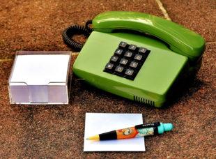 Büroausstattung von gestern: Tastentelefon in Deutsche-Post-grün, Notizzettelblock und Style-Kugelschreiber. Foto: Alexas Fotos | Pixabay