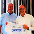 Alwin Wagner überreichte Geschäftsführer Maichael Möller (re.) ein T-Shirt. Foto: nh