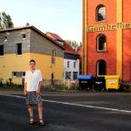 Diplom-Sozialpädagogin und Einrichtungsleiterin Marie Haberland vor dem Areal der Alten Mühle Gombeth. Foto: nh