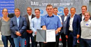 Alexander Diehl aus Ottrau (vorne) legte die beste Gesellenprüfung im Maurerhandwerk ab. Foto: Wolfgang Scholz