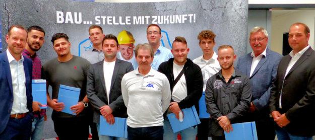 Die neuen Hoch- und Tiefbaufacharbeiter absolvierten ihre zweijährige Ausbildung mit Erfolg. Foto: Wolfgang Scholz
