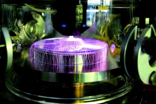 Moderne Technologie bietet eine Fülle hochwertiger Anwendungen, im Bild: Plasma auf Optik. Foto: HAWK, Göttingen