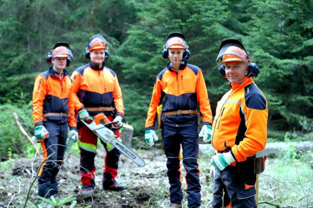 Ausbildung bei HessenForst. Hier: Forstwirtschaftsmeister und Auszubildende aus dem Forstamt Bad Hersfeld. Foto: A. Weber