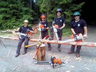 Forstwirtauszubildende trainieren für die Hessische Waldarbeitsmeisterschaft. Foto: L. Schultz