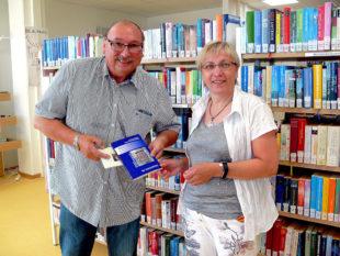 Michael Spork übergab den Tagungsband über Hans Staden der Leiterin der Homberger Stadtbücherei, Ute Bipper-Rölke. Foto: Uwe Dittmer