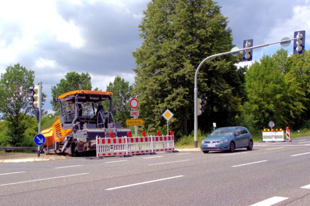 Baustelleneinrichtung und Straßensperrung am Abzweig B 83/K 135 am Sommerberg. Foto: Schmidtkunz