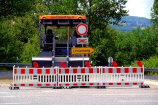 Straßensperrung Abzweig B 83/K 135 am Sommerberg, mit Umleitungshinweis. Foto: Schmidtkunz