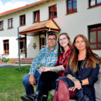 Gut gerüstet von der Ausbildung an der Hephata-Akademie für soziale Berufe können diese drei nun beruflich durchstarten (v.li.): Dominik Lengsfeld (Lenderscheid), Theresa Eife (Sachsenhausen) und Lena Geis (Borken). Foto: Hephata