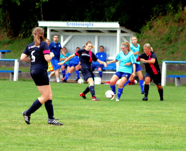 Für immer wieder spannende Partien sorgen die Fußball-Frauen und -Mädchen aus Großenenglis seit nunmehr 40 Jahren. Foto: Stephan Lanzke