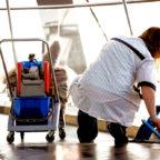 """Reinigungskräfte sind auf jeden Euro angewiesen. Jetzt wollen ihnen die Arbeitgeber Zuschläge und Urlaubstage streichen. Die Gebäudereiniger-Gewerkschaft IG BAU spricht von einem """"Schlag ins Gesicht der Beschäftigten"""" und ruft zu einem """"heißen Sommer in der Branche"""" auf. Foto: IG BAU"""