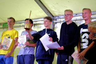 Klo geputzt und Spaß dabei – Zelt 15 mit Betreuer Jonas Reitz bei der Verleihung der Goldenen Klobürste. Foto: Eigenbetriebe Jugend & Freizeit