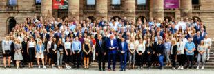 Noch ein Wimmelbild mit Finanzminister. Bei den Einstellungen für die Steuerverwaltung verzeichnet Hessen einen Rekord. Foto: Laura Fiederer | HMdF