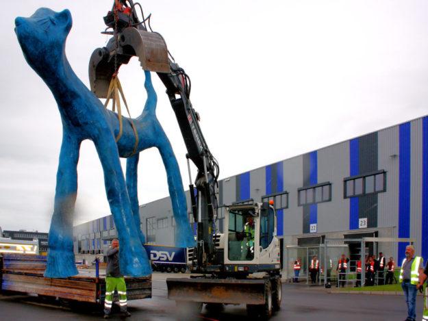 Baggerfahrer Alexander Müller vom städtischen Bauhof hebt die Blau Miau vom Wagen. Foto: nh