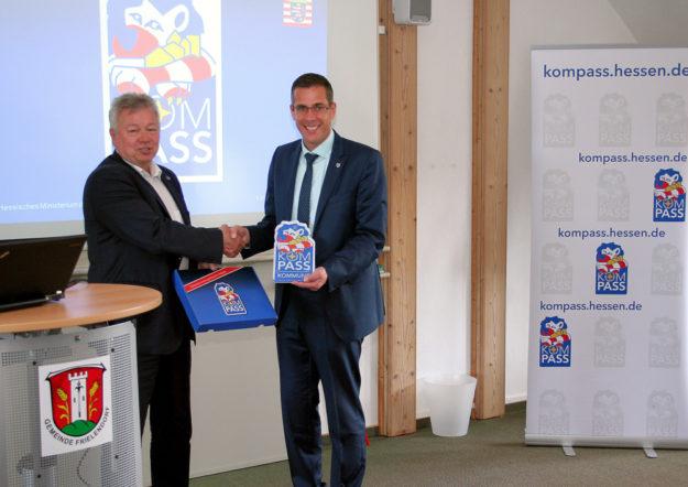 Polizeivizepräsident Eberhard Möller (li.) überreicht die Kompass-Plakette an Frielendorfs Bürgermeister Thorsten Vaupel. Foto: Polizei
