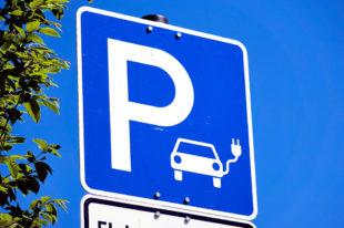 Parkplatz mit Ladestation für Elektro-Fahrzeuge. Foto: Markus Distelrath | Pixabay