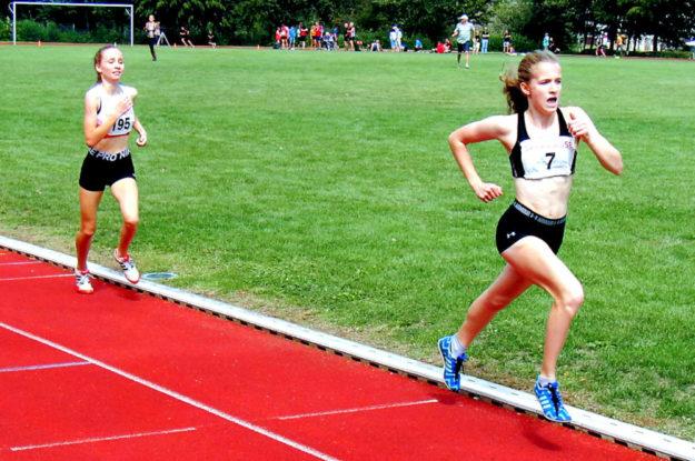 Maybritt Böttcher und Mia Becker liefern sich einen packenden Wettkampf. Foto: nh