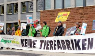 Aktivisten der Aktionsgemeinschaft Agrarwende auf einer Kundgebung gegen den Bau einer Tierfabrik. Foto. AGA