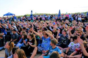 Beim Strandfest von Dahme: Die Kinder und Jugendlichen während des Flashmobs. Foto: Schwalm-Eder-Kreis | FB03