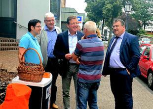 Mit Passanten im Gespräch, Stefan Sauer und Mark Weinmeister. Foto: nh