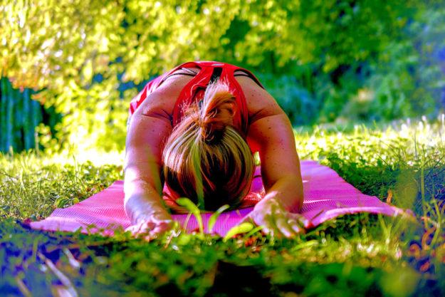Mit »Yoga im Park« starten die vhs-Kurs-Teilnehmer in den Tag. Foto: Sofie Zbořilová | Pixabay