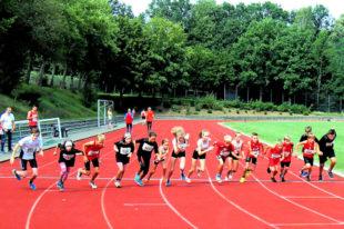 Der Startschuss zum 800-m-Lauf beim Feriensportfest in Uslar ist gefallen. Foto: nh