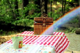 Die Tische an der Totenkirche sind gedeckt, was aufgetragen wird, entscheiden die Gäste selbst. Foto: StockSnap | PIxabay