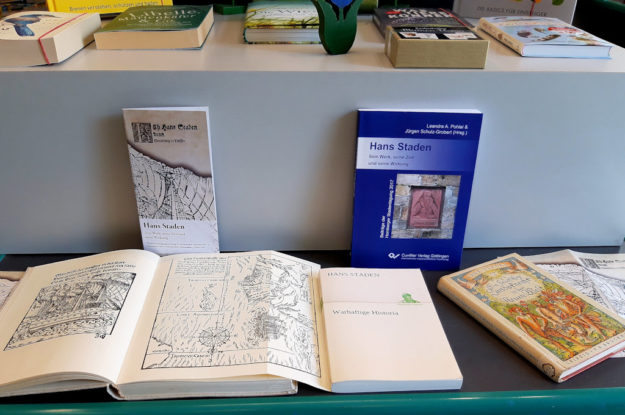 Auf dem Büchertisch steht künftig auch immer das Werk »Hans Staden« aus dem Cuvillier-Verlag. Foto: Jürgen Schulz-Grobert