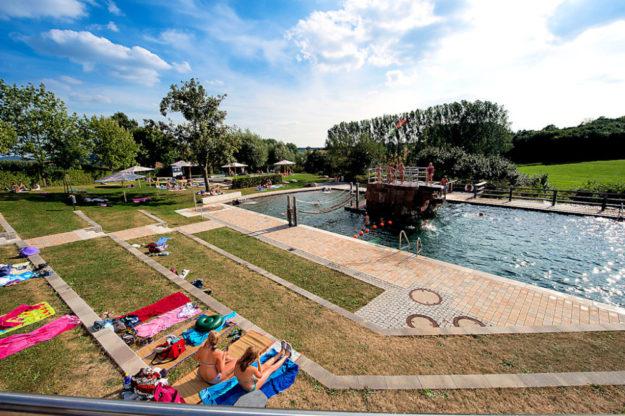 Das Terrano-Freibad verlängert die Badesaison um einen herrlichen Sommertag. Foto: Paavo Blafield