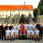 Das Team mit Trainer und Betreuern vor der imposanten Kulisse des Kloster Haydau. Foto: © Ryszard Kasiewicz | SG 09 Kirchhof