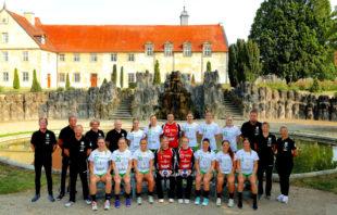 Das Team mit Trainer und Betreuern vor der imposanten Kulisse des Kloster Haydau. Foto: © Ryszard Kasiewicz   SG 09 Kirchhof
