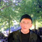Schauspieler Stefan Becker erzählt auf der Felsburg vom Flüstern der Bäume. Foto: nh