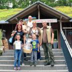 Ihr Hauptpreis hat der jungen Leandra, samt Familie, gut gefallen: Eine ABendführung durch Naturzentrum im Wildpark Knüll. Foto: nh