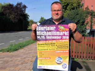 Bei ihm laufen die Ausstellungsfäden zusammen: IEG-Geschäftsstellenleiter Heiko Schreiber mit einem Werbeplakat des Michaelismarkts und der Gewerbeschau. Foto: Klein