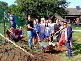 13 Jugendliche bauten den Doppelstabmatten-Zaun und sanierten die Schutzhütte. Foto: Stadt Homberg (Efze)