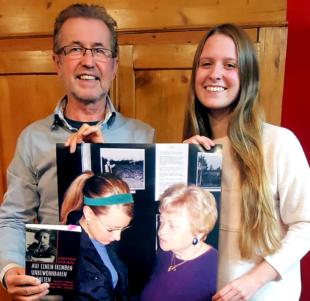 Dieter Vaupel und Alida Scheibli stellen die zeitgenössische Dokumentation aus dem Leben von Blanka Pudler vor. Foto: Dieter Vaupel