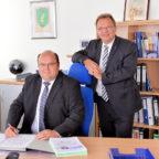 Landrat Winfried Becker (re.) hat den neuen Chef des Rechnungsprüfungsamtes vorgestellt: Markus Diehl. Foto: nh