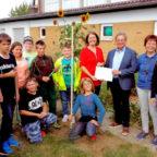 Ann-Kristin Sehner (mi.li.) hat den symbolischen Scheck gern von Jürgen Thurau (mi.re.) angenommen. Über die Förderung freuten sich die Kinder und Lehrkräfte der AG Schulgarten. Foto: nh