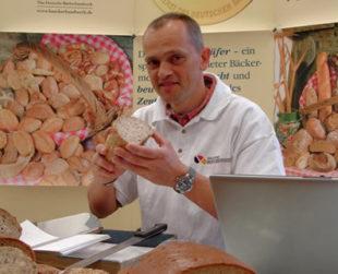Die Bäcker-Innung Schwalm-Eder ist mit Brotprüfer Karl-Ernst Schmalz am 24. + 25. September 2019 in der Kreissparkasse Schwalm-Eder in Fritzlar zu Gast. Foto: Wolfgang Scholz