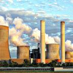 Kühltürme von Kraftwerken aller Art stehen aufgrund ihres Wasserdampf-Ausstoßes als Symbol für Klima-Killer. Foto: Benita Welter | Pixabay