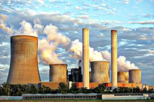 Kühltürme von Kraftwerken aller Art stehen aufgrund ihres Wasserdampf-Ausstoßes als Symbol für Klima-Killer. Foto: Benita Welter   Pixabay