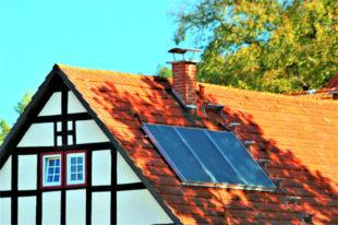 Thermische Solaranlagen zur Warmwasserbereitung – eine Möglichkeit der Gebäudesanierung. Quelle: Hessische Energiesparaktion