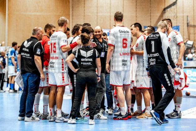 Die MT Melsungen hat eine Scharte auszuwetzen. Am Donnerstag geht es im Heimspiel gegen den SC Magdeburg. Coach Heiko Grimm (Mitte) schwört sein Team auf den schwierigen Gegner ein. Foto: Alibek Käsler