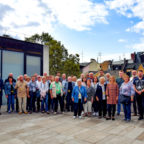 Gruppenfoto auf der Dachterrasse: FDP-Landtagsabgeordnete Wiebke Knell (8.v.re.) mit ihren Besucherinnen und Besuchern aus Waldeck-Frankenberg und dem Schwalm-Eder-Kreis. Foto: nh