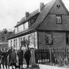 Erste Siedlungshäuser in einfachster Kleinhausbauweise auf der »Eigenen Scholle«. Vor dem Haus ihre Bewohner, Familie Ruppel. Foto: nh