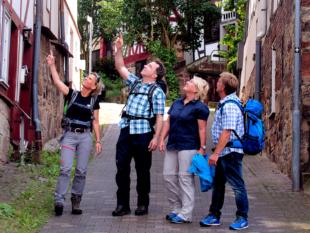 Stadtführerin Gretel Flemming führt ihre Gäste in das mittelalterliche Gudensberg. Foto: nh
