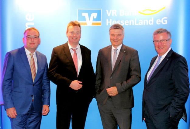 Von links: Thomas Fischer (Bereichsleiter Vermögensmanagement VR Bank HessenLand eG), Michael Kopmann (Referent u. Analyst DZ BANK AG), Johann Hofmann (Redner u. Experte für Industrie 4.0) sowie Werner Braun (Vorstandsmitglied VR Bank HessenLand eG). Foto: VR Bank